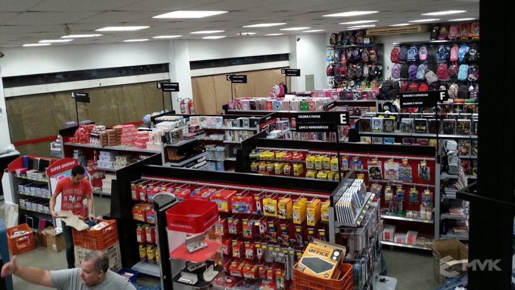 Loja Jalovi em Bauru SP. Projeto e execução de MVK Gôndolas e Displays. Móveis para lojas. Expositor, balcão, checkout (1)