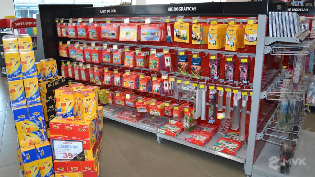 Loja Jalovi em Bauru SP. Projeto e execução de MVK Gôndolas e Displays. Móveis para lojas. Expositor, balcão, checkout (11)