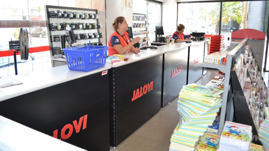 Loja Jalovi em Bauru SP. Projeto e execução de MVK Gôndolas e Displays. Móveis para lojas. Expositor, balcão, checkout (14)