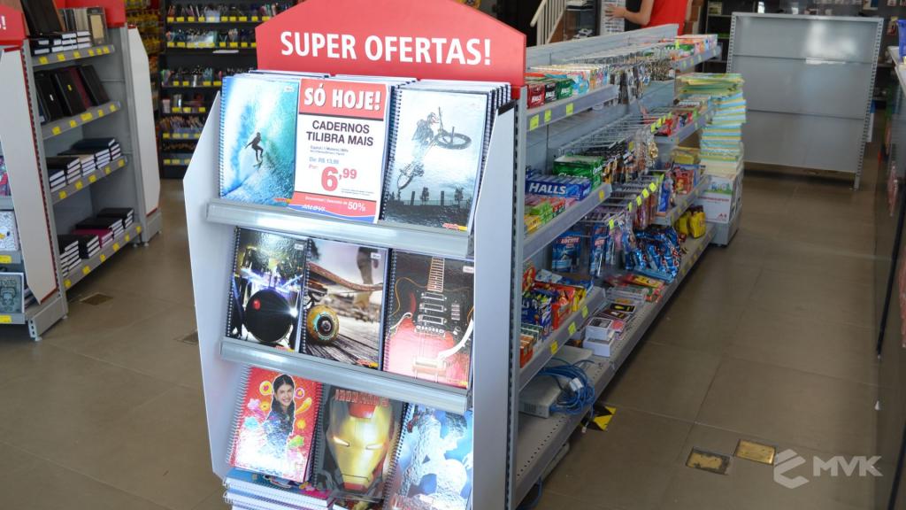 Loja Jalovi em Bauru SP. Projeto e execução de MVK Gôndolas e Displays. Móveis para lojas. Expositor, balcão, checkout (15)
