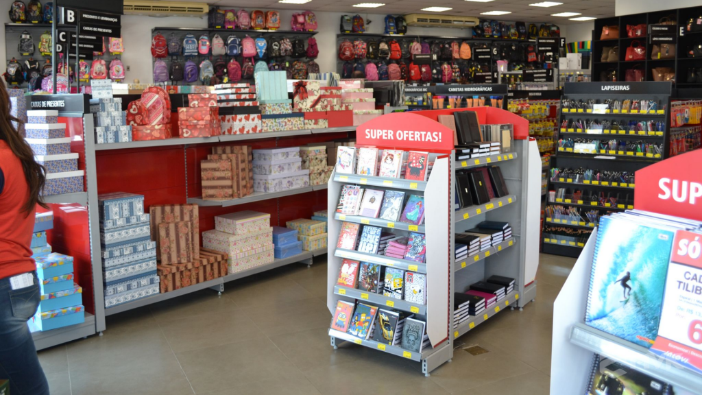 Loja Jalovi em Bauru SP. Projeto e execução de MVK Gôndolas e Displays. Móveis para lojas. Expositor, balcão, checkout (16)