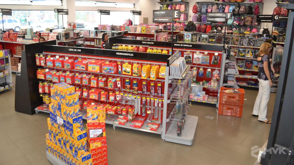 Loja Jalovi em Bauru SP. Projeto e execução de MVK Gôndolas e Displays. Móveis para lojas. Expositor, balcão, checkout (18)