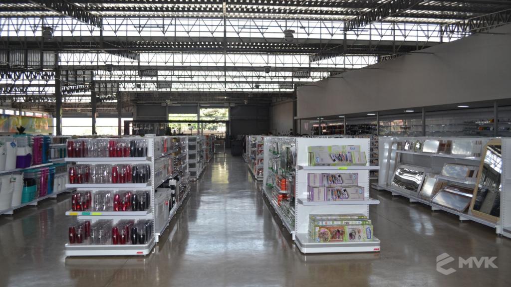 Loja de departamentos Bela Casa em Araxá MG. Gôndolas, balcões, displays e projeto de MVK (12)