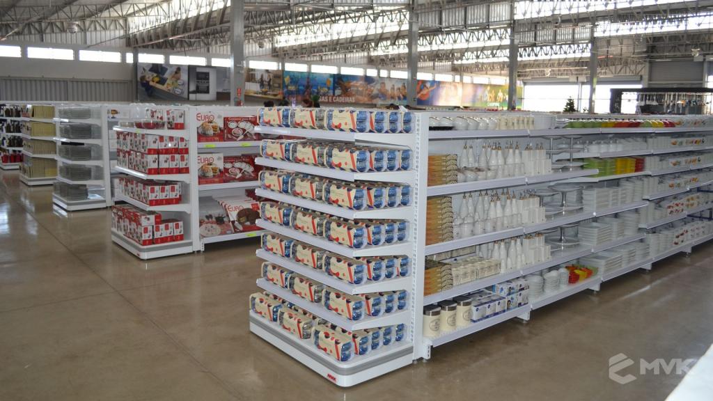 Loja de departamentos Bela Casa em Araxá MG. Gôndolas, balcões, displays e projeto de MVK (14)